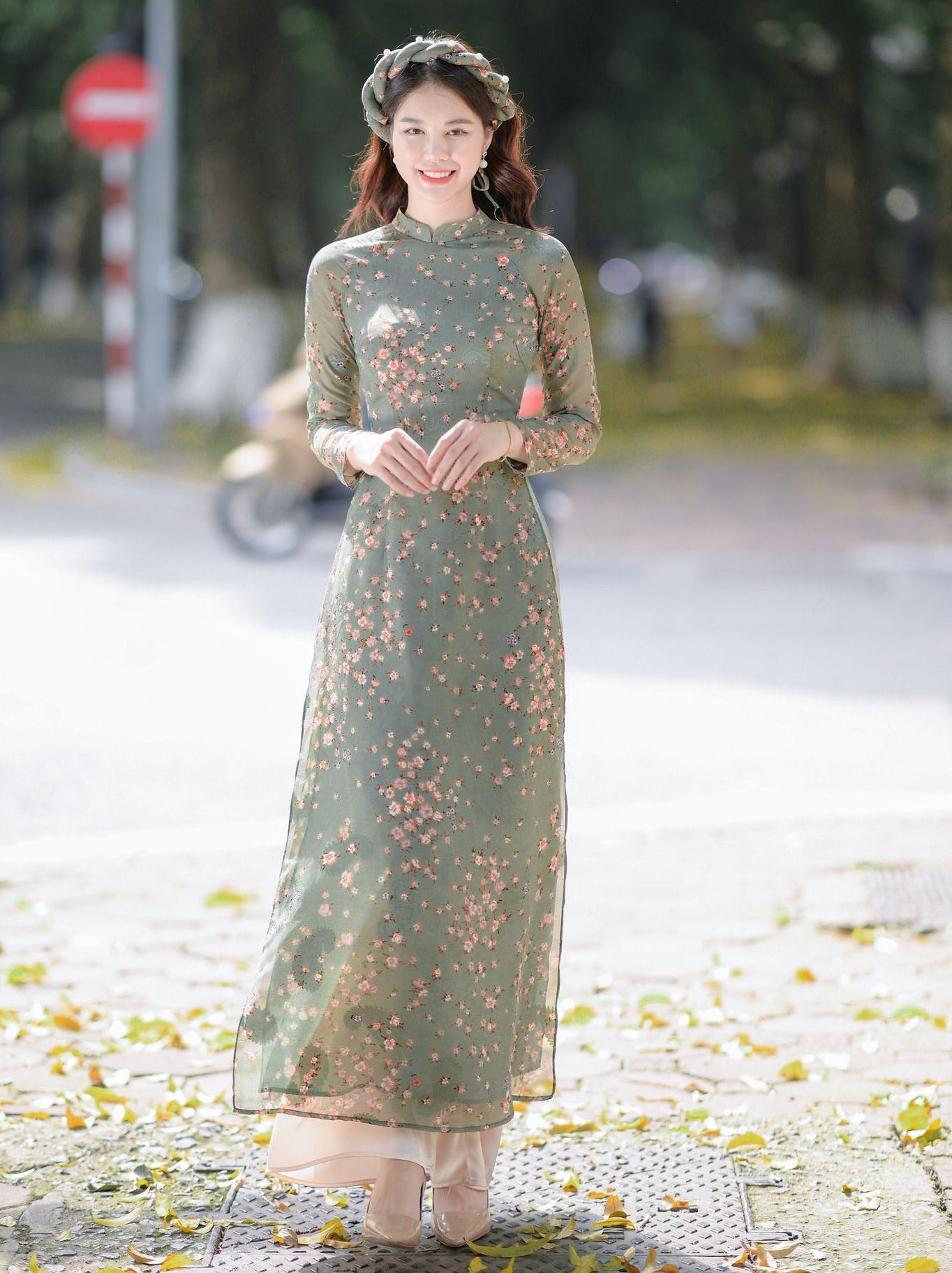 Áo dài họa tiết hoa nhí hiện đang rất được ưa chuộng