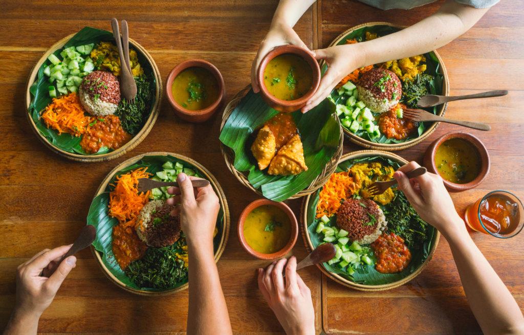 Yếu tố con người khiến bức ảnh món ăn sống động hơn. Hình: Sưu tầm