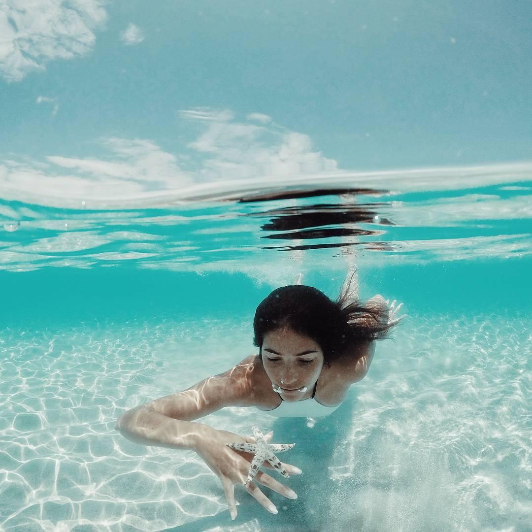 Bikini vẫn là trang phục hoàn hảo cho những bức hình chụp dưới nước. Hình: @gasch_amelie