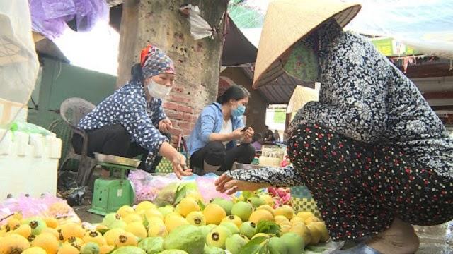 Những mặt hàng của người dân nơi đây được đem đến chợ nông lâm để bán