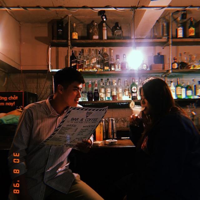 Nam giới chỉ cần một chiếc sơ mi nổi bật hay hoạ tiết phá cách là đã có thể toả sáng ở quán bar rồi! Ảnh: Internet