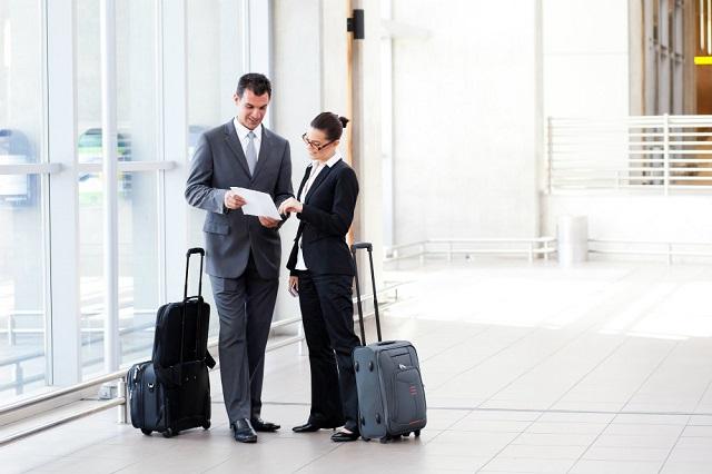 Kiểm tra kỹ thông tin vé máy bay, khách sạn,...trước khi đi công tác