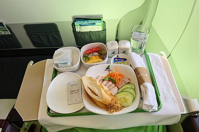Bữa ăn chính của Bamboo Airways đối với hạng bay phổ thông cao cấp. Ảnh: Internet