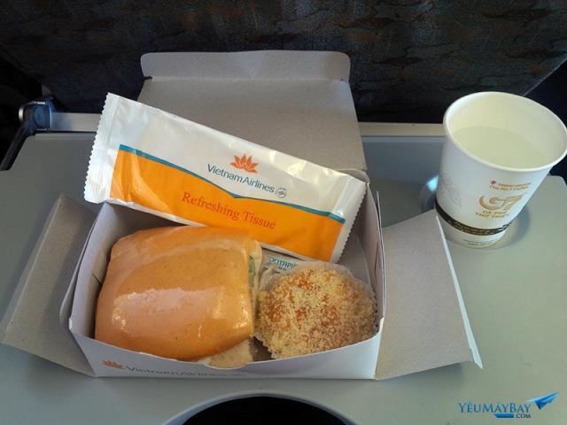 Bữa ăn nhẹ trên chuyến bay hơn 2 giờ đồng hồ của Vietnam Airlines. Ảnh: yeumaybay.com