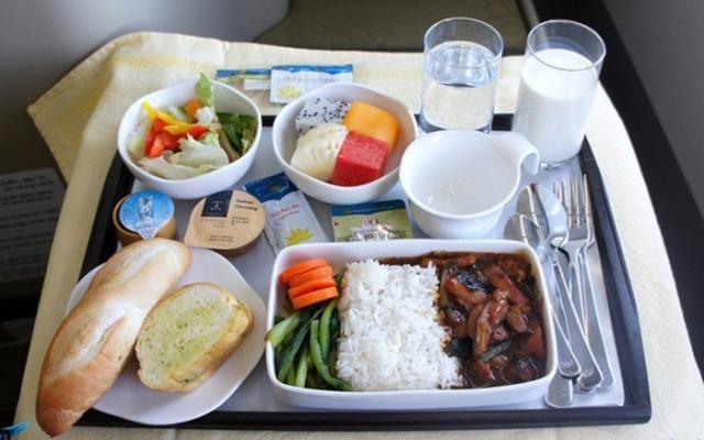 Chặng bay quốc tế kéo dài được phục vụ bữa ăn chất lượng hơn. Ảnh: Internet