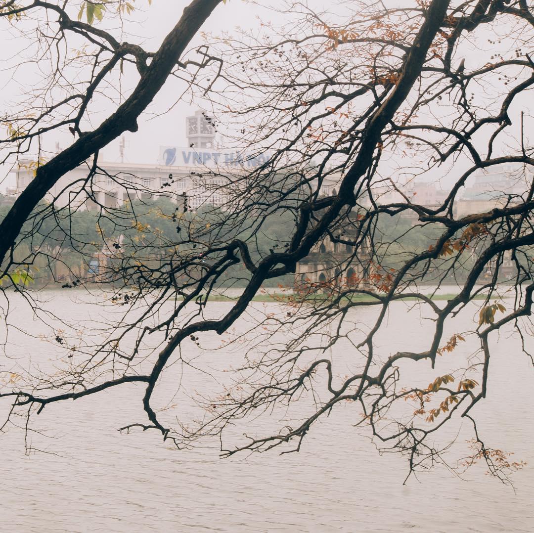Hồ Gươm chìm trong màn sương mờ ảo sáng mùa đông. Hình: @nganshuu