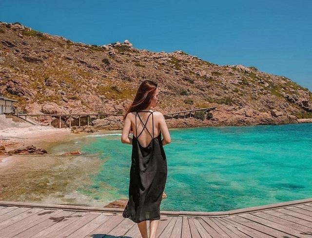 Di chuyển tới Hòn Khô cần đi bằng ca-nô hoặc thuyền, bạn nên chọn những hôm có thời tiết thuận lợi để tới đây