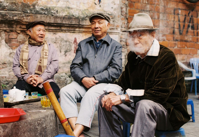 Những quán cóc bên vỉa hè cũng kín người ngồi bên chén trà nóng sáng sớm. Hình: Sưu tầm