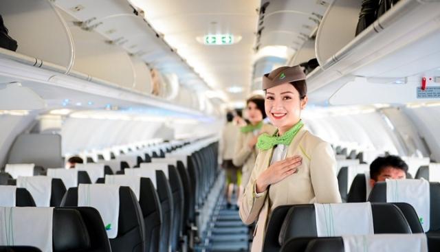 Bamboo Airways bố trí tiếp viên đứng sẵn ở khoang để sắp xếp hành lý. Ảnh: Internet