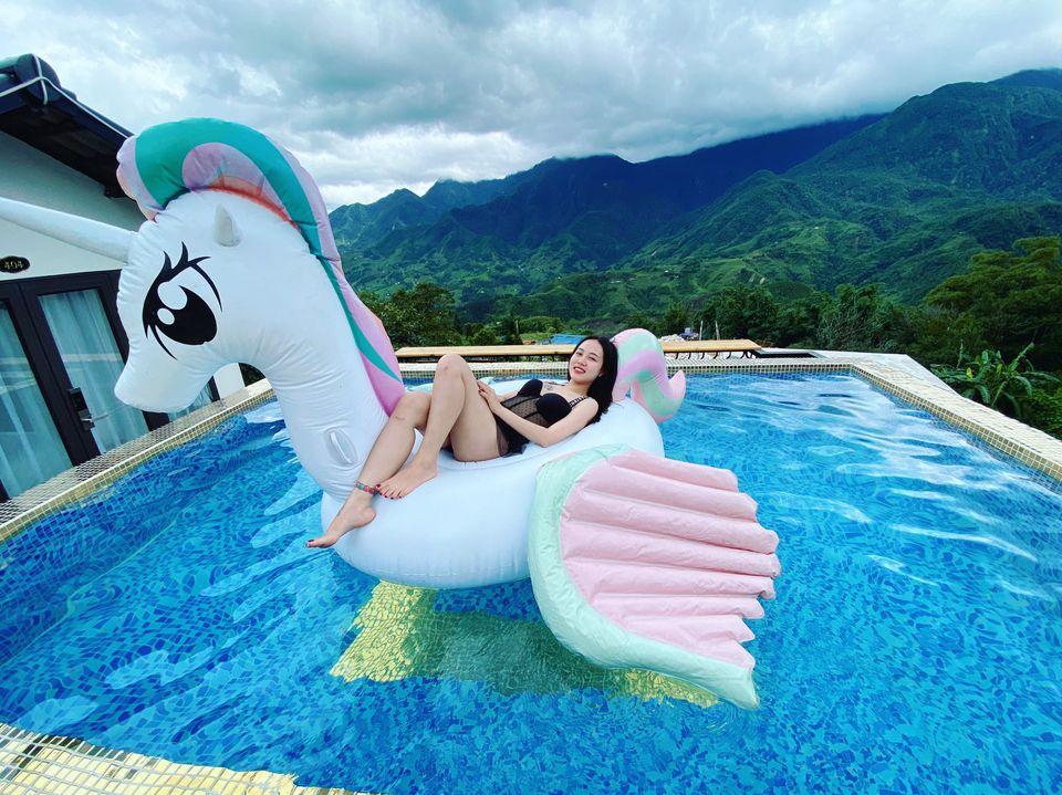 Bể bơi còn có phao hình thú cho bạn thỏa sức sống ảo. Hình: Sưu tầm