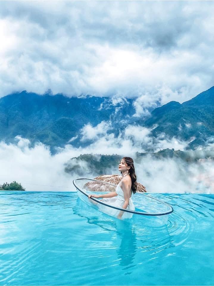Bể bơi mờ ảo trong mây. Hình: Tạ Xuân Hương