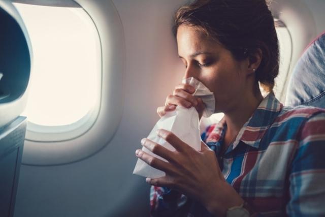 Để hạn chế say máy bay, bạn có thể uống thuốc hoặc sử dụng miếng dán. Ảnh: Internet