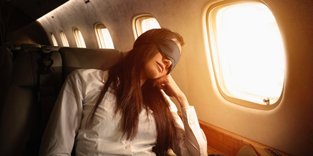 Ngồi cạnh cửa sổ cũng giúp hạn chế say máy bay. Ảnh: Internet