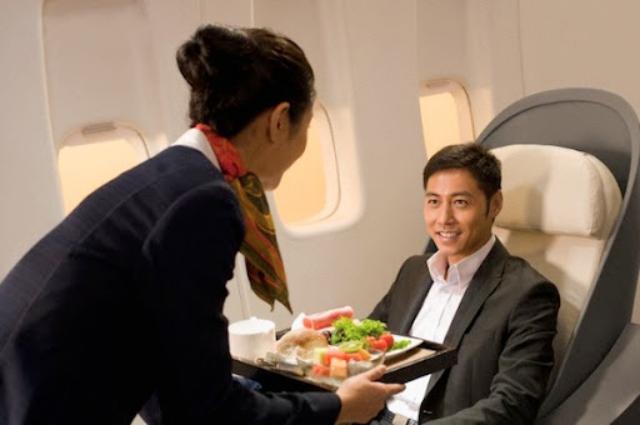 Đừng để bụng đói khi bay chặng dài. Ảnh: Internet