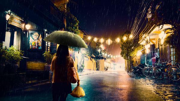 """""""Lấp lánh ánh đèn đường hoà cùng một chút mưa giông kéo về"""" – Nguồn ảnh: Internet"""