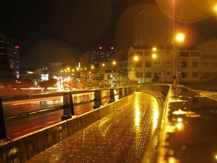 Những cơn mưa đêm đầy lặng lẽ giữa ánh đèn đường Sài Gòn - Nguồn ảnh: Internet