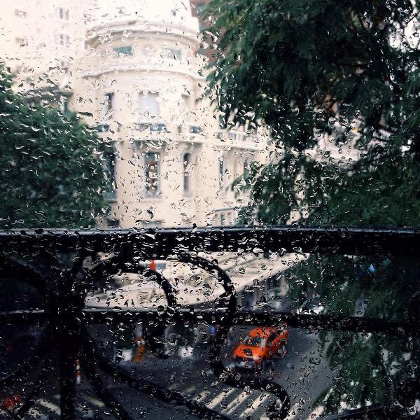 Ngắm mưa rơi lại thấy sao bản thân mình yêu đuối đến thế - Nguồn ảnh: Internet