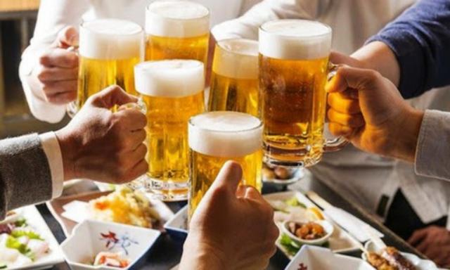 Tuyệt đối không uống bia rượu trước khi đi máy bay. Ảnh: Internet