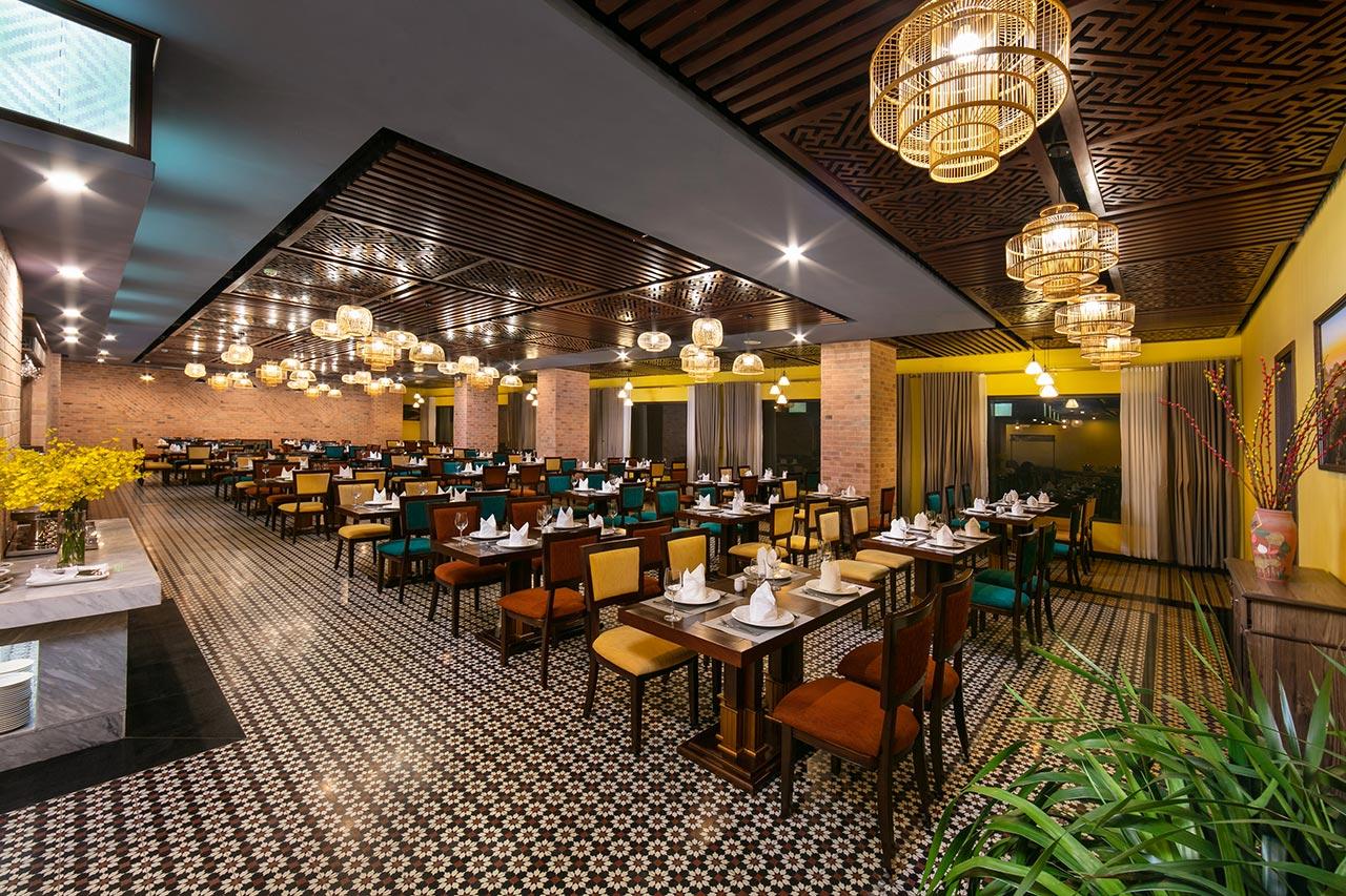 Không gian nhà hàng Tả Van với sắc trầm đầy tinh tế
