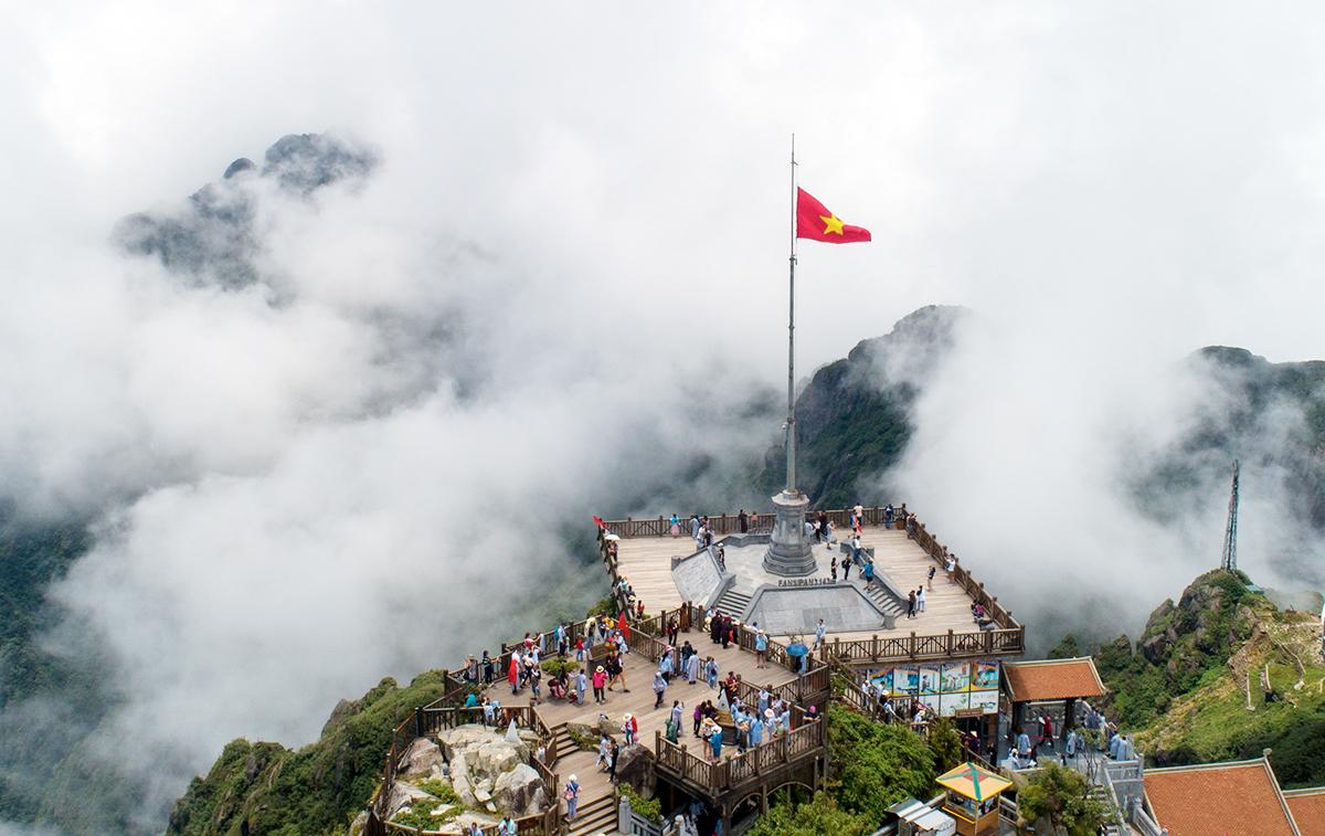 Tourists conquer the top of Phan Si Pang.