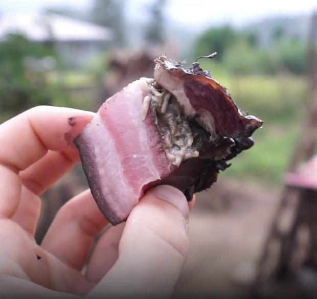 Miếng thịt heo khô lúc nhúc giòi