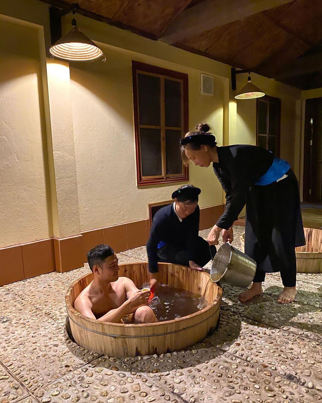 Tắm Dao tại Ecolodge Pan House. Hình: Quang Vinh
