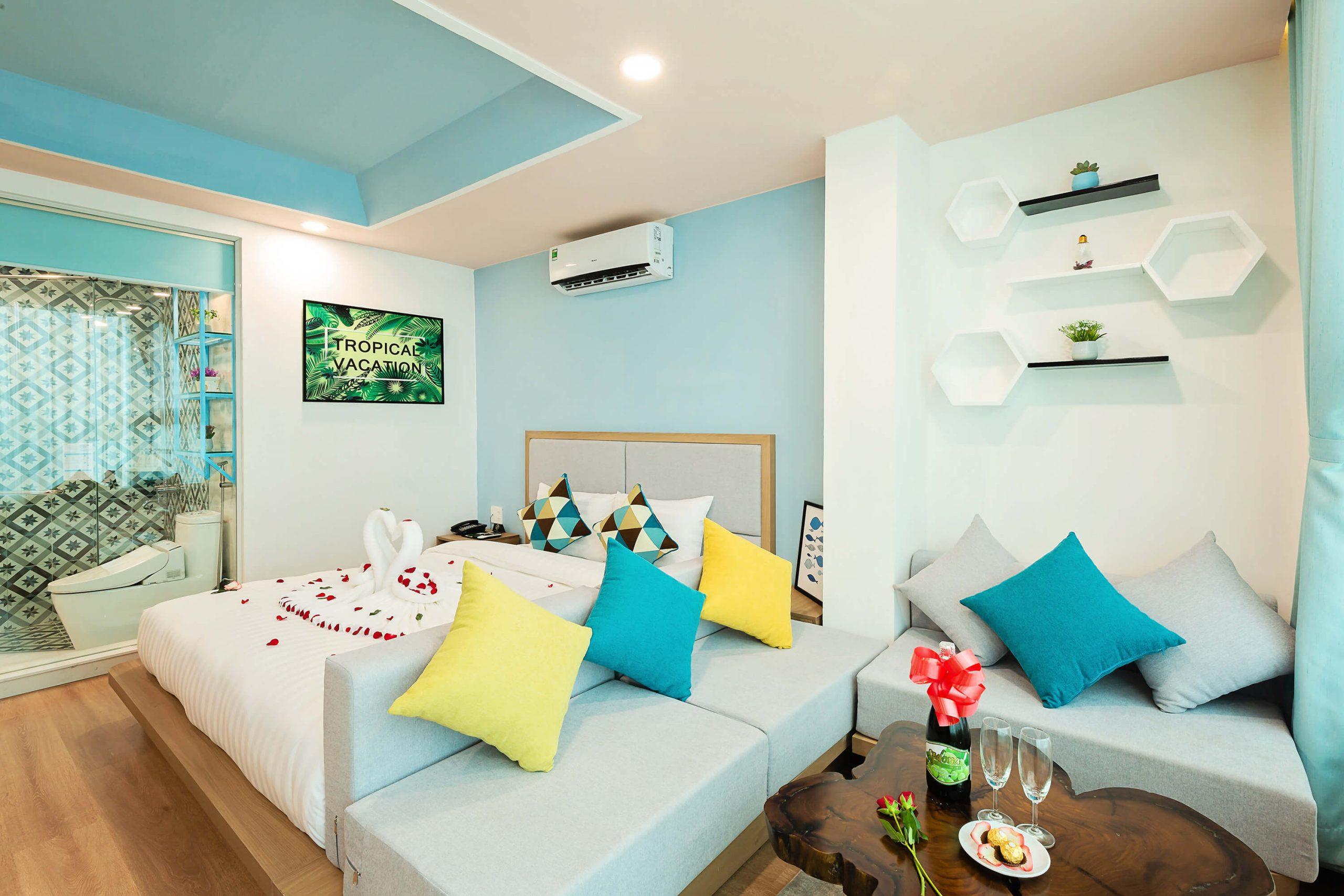 Phòng còn có khu vực tiếp khách tạo cảm giác như đang ở chính ngôi nhà của mình