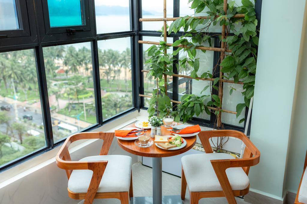 Nhà hàng đặt tại tầng 11 của khách sạn để bạn có thể thỏa sức ngắm cảnh