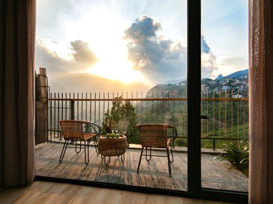 """Ban công để """"chill"""" bao trọn quang cảnh tuyệt đẹp của núi non Sapa"""