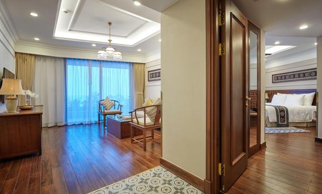 Phòng Suit với giường King, ban công và không gian để tiếp khách, thư giãn