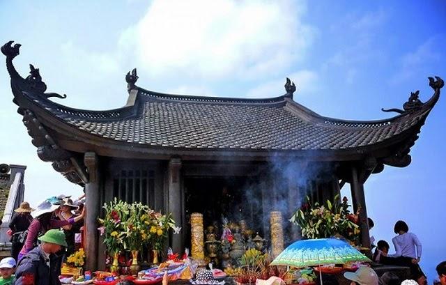 Du khách lễ Phật chùa Đồng cầu tài lộc sức khỏe và may mắn