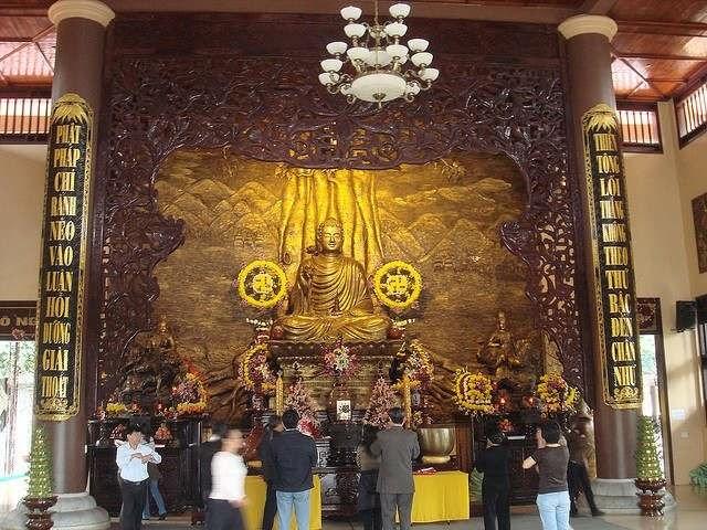 Trong chùa được sơn son thiếp vàng, hoa văn điêu khắc tinh tế