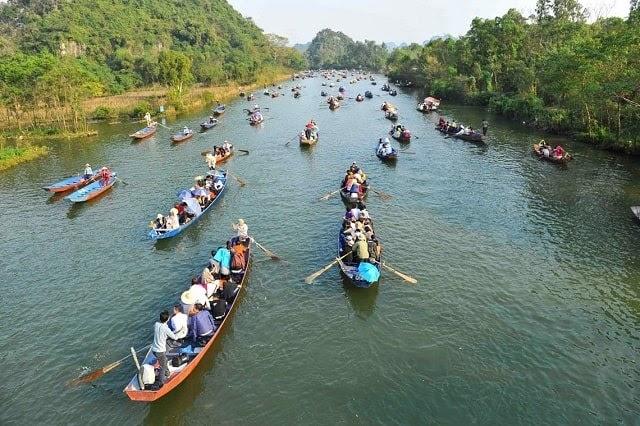 Thuyền tấp nập chở du khách trên dòng suối Yến