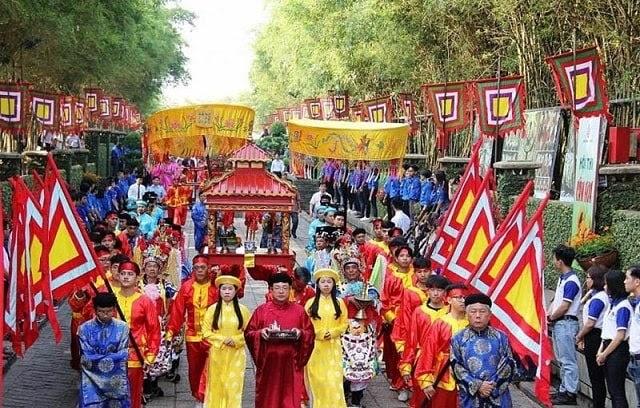 Lễ dâng hương tại đền Hùng