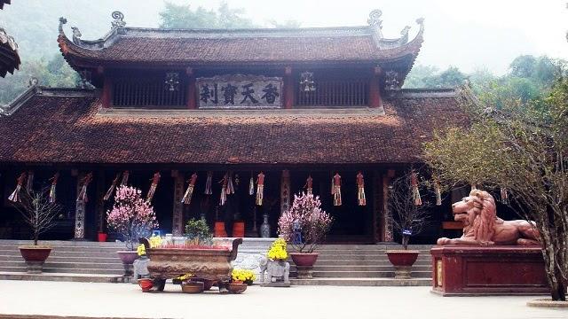 Lễ hội chùa Hương diễn ra từ mùng 6 tháng Giêng đến hạ tuần tháng 3 âm lịch