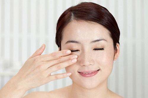 Xoa mắt nhẹ nhàng để khắc phục tình trạng mắt bị giật liên tục