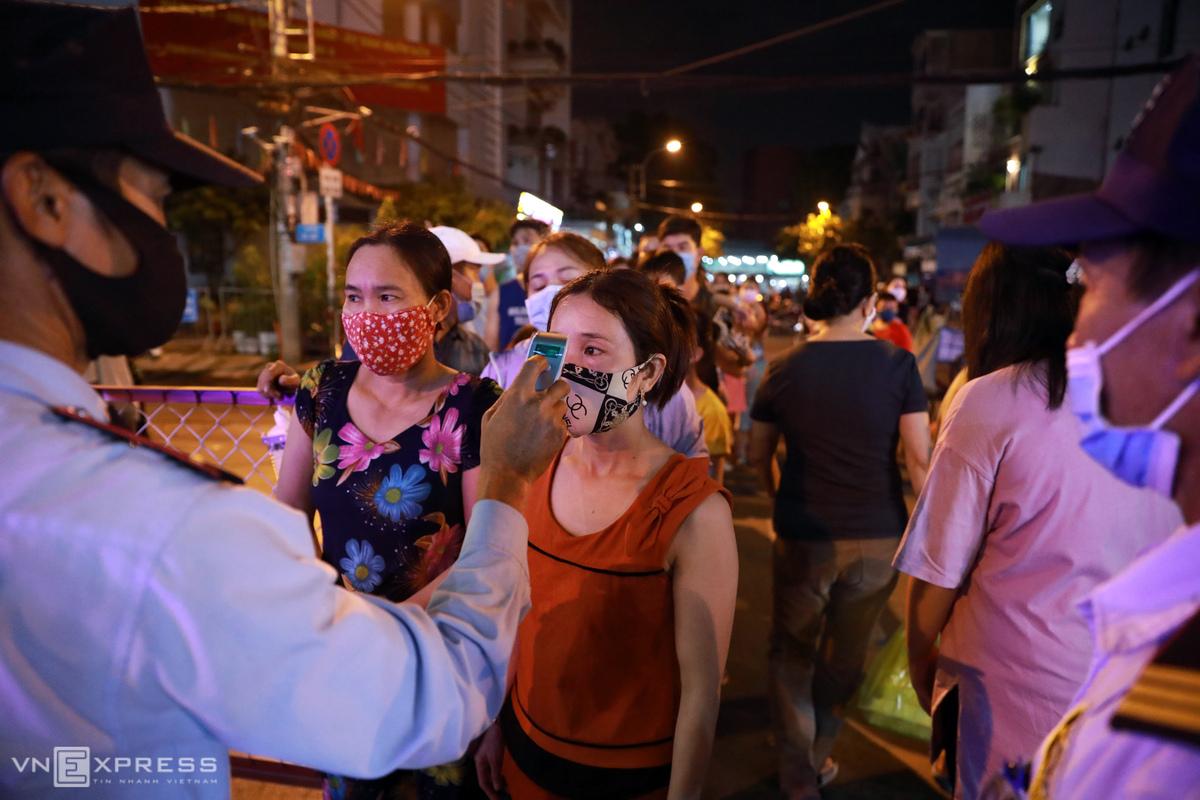 Phố đi bộ đêm khu vực tượng đài Quang Trung quận 10