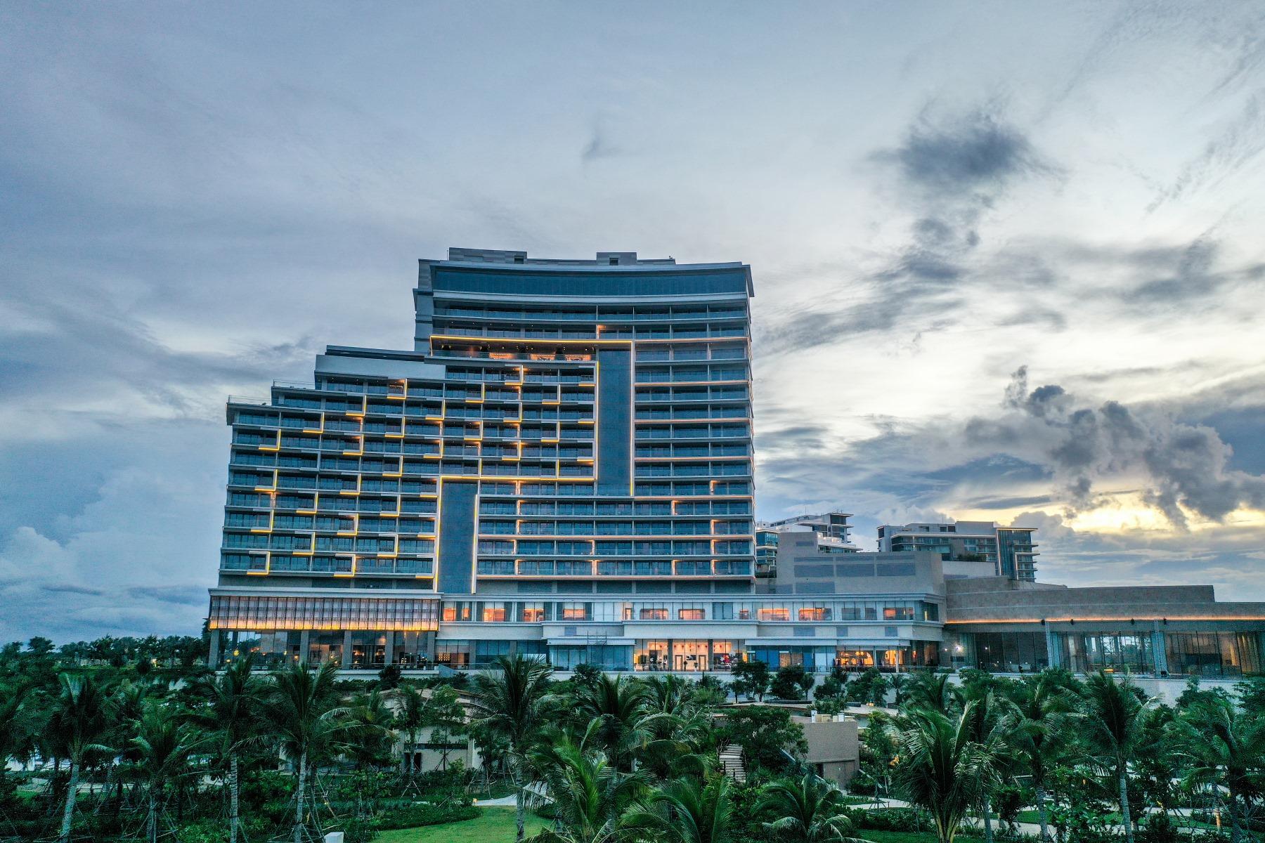 Khu nghỉ dưỡng Hoiana Hotel & Suite hiện đại, sang trọng khi nhìn từ chính diện