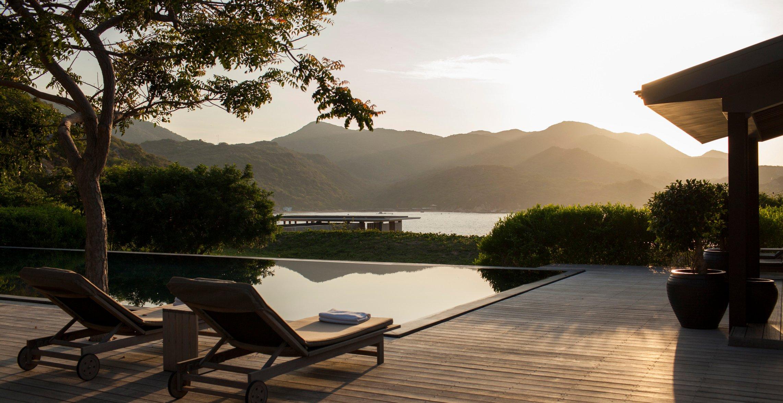 Biệt thự năm phòng ngủ sở hữu các phòng nghỉ xung quanh hồ bơi riêng