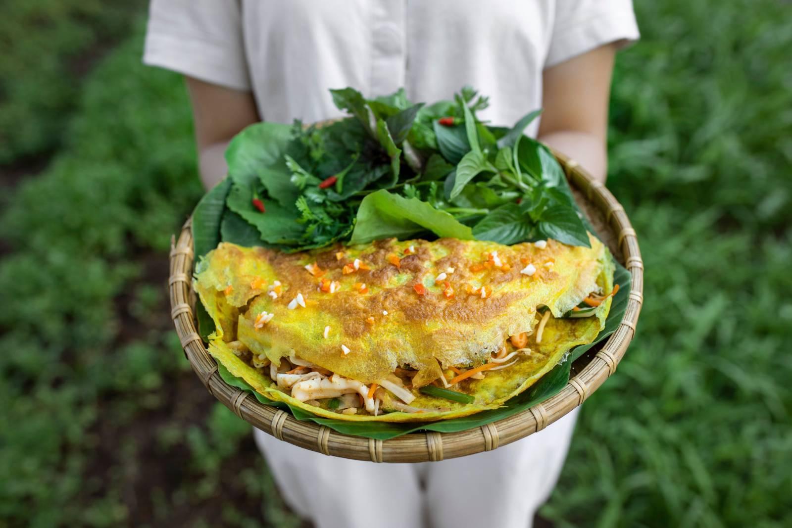 Bánh xèo tôm giòn rụm – Đặc sản ẩm thực thuần Việt tại nhà hàng Vietnamese by the Market
