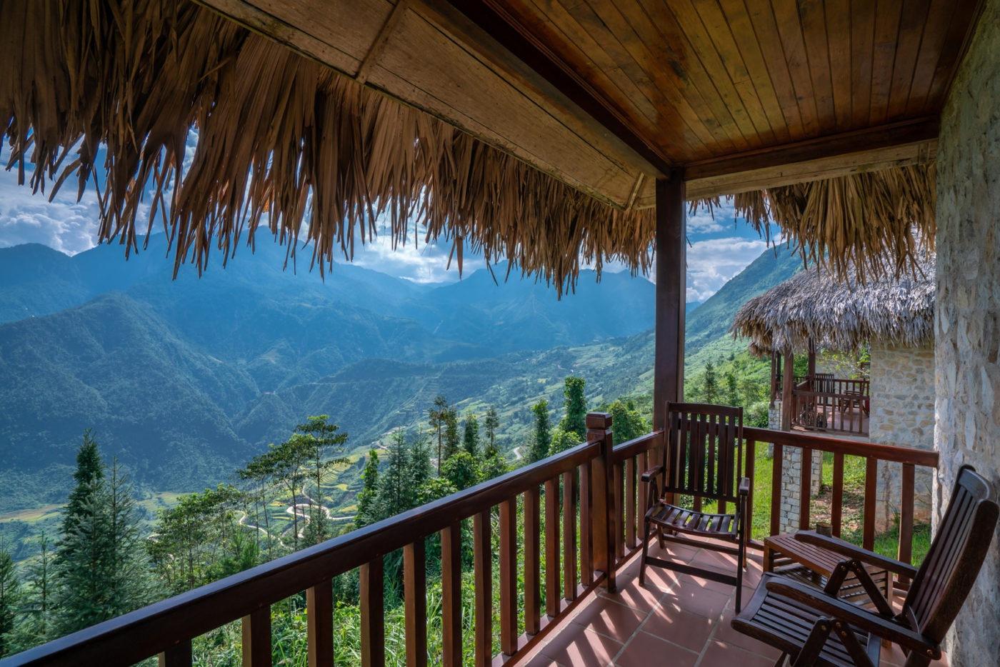 Khu vực ban công là vị trí lý tưởng để du khách có thể nhìn ngắm vẻ đẹp hùng vĩ của núi ngon và thung lũng