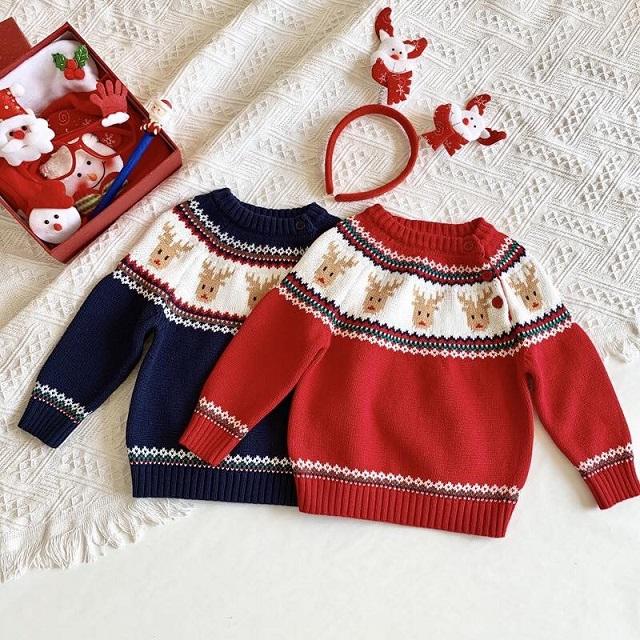 Áo len màu đỏ và xanh dệt họa tiết tuần lộc rất xinh xắn