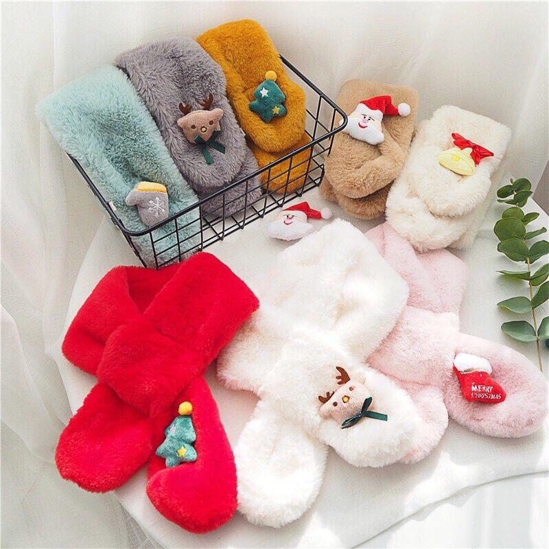 Những chiếc khăn quàng cổ lông với những màu sắc tươi tắn và họa tiết nổi bật đặc trưng của dịp Noel, ông già Noel, cây thông,