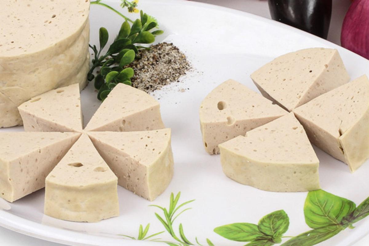 Chả lụa thường được cắt thành từng khoanh nhỏ và xắt nhỏ từng miếng gọn gàng, dễ ăn