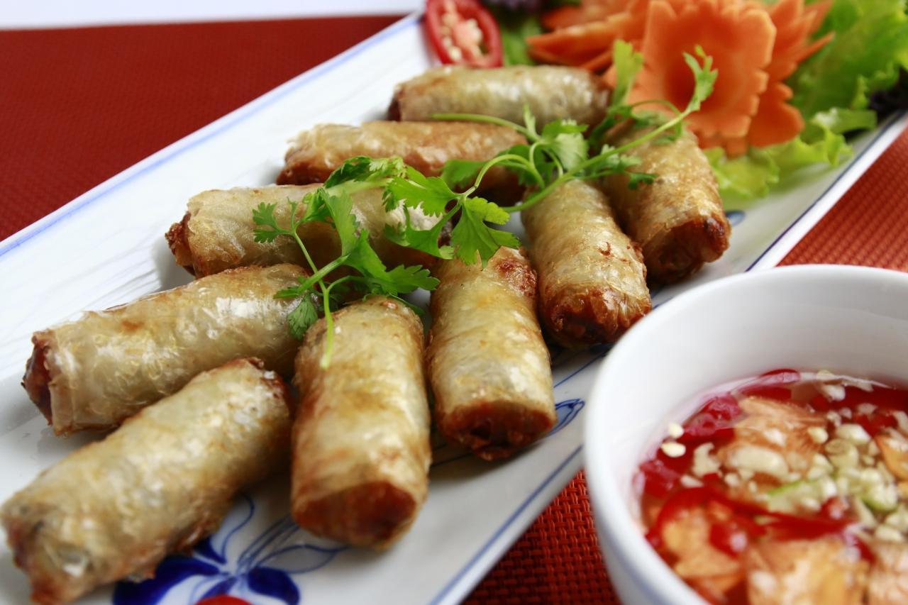 Nem rán được làm từ miến, mộc nhĩ và thịt heo, kết hợp với hạt tiêu và ngò gai tạo nên mùi thơm đặc trưng