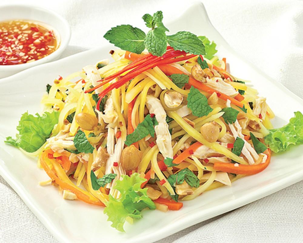Món nộm thường có nhiều rau củ, kết hợp với đậu phộng tạo nên vị dễ ăn, thanh mát
