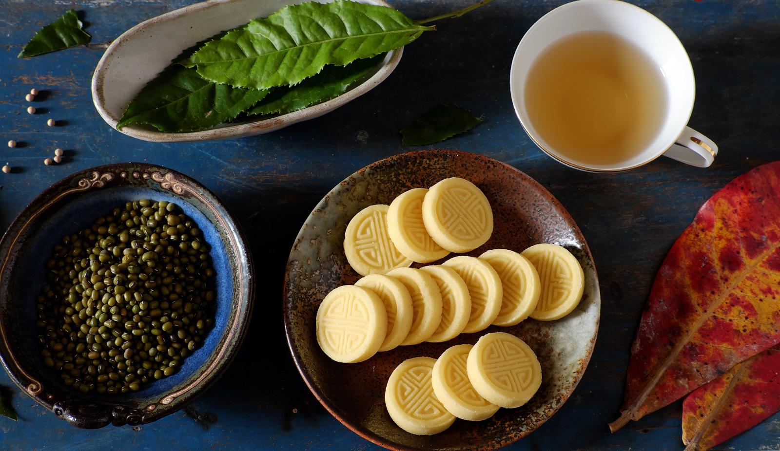 Chè kho ăn nóng sẽ cảm nhận được mùi vị bùi bùi của hạt sen, thơm phức của nước bưởi
