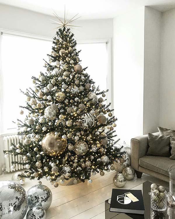 Cây thông Noel đơn sắc với lối trang trí đơn giản được rất nhiều gia chủ ưa chuộng