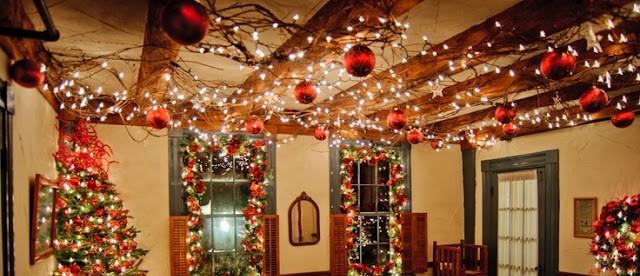 Trần nhà là một vị trí lý tưởng để bạn có thể thỏa sức sáng tạo trang trí Noel