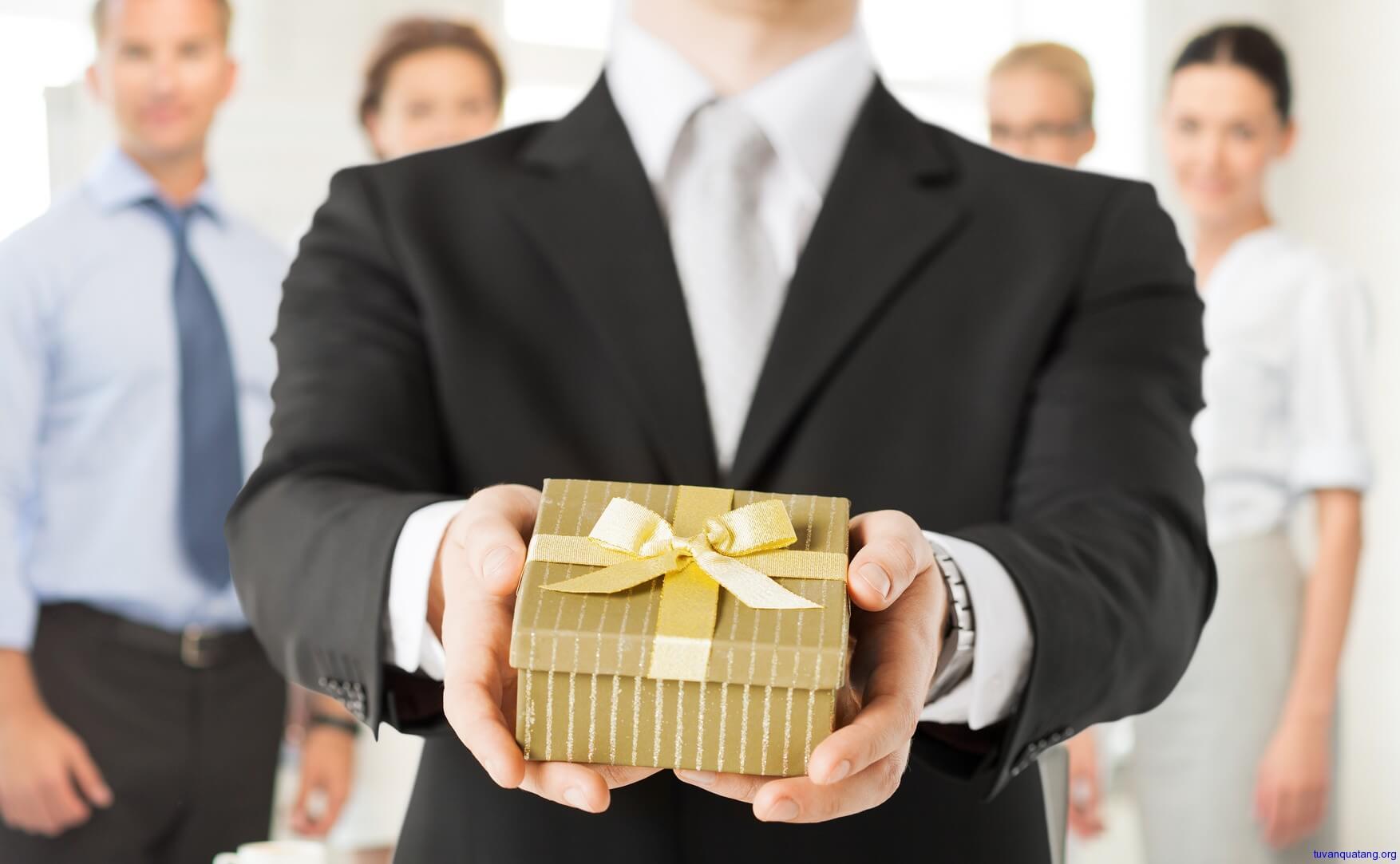 Nên tìm hiểu thật kỹ trước khi quyết định chọn mua quà tặng sếp - Nguồn ảnh: Internet